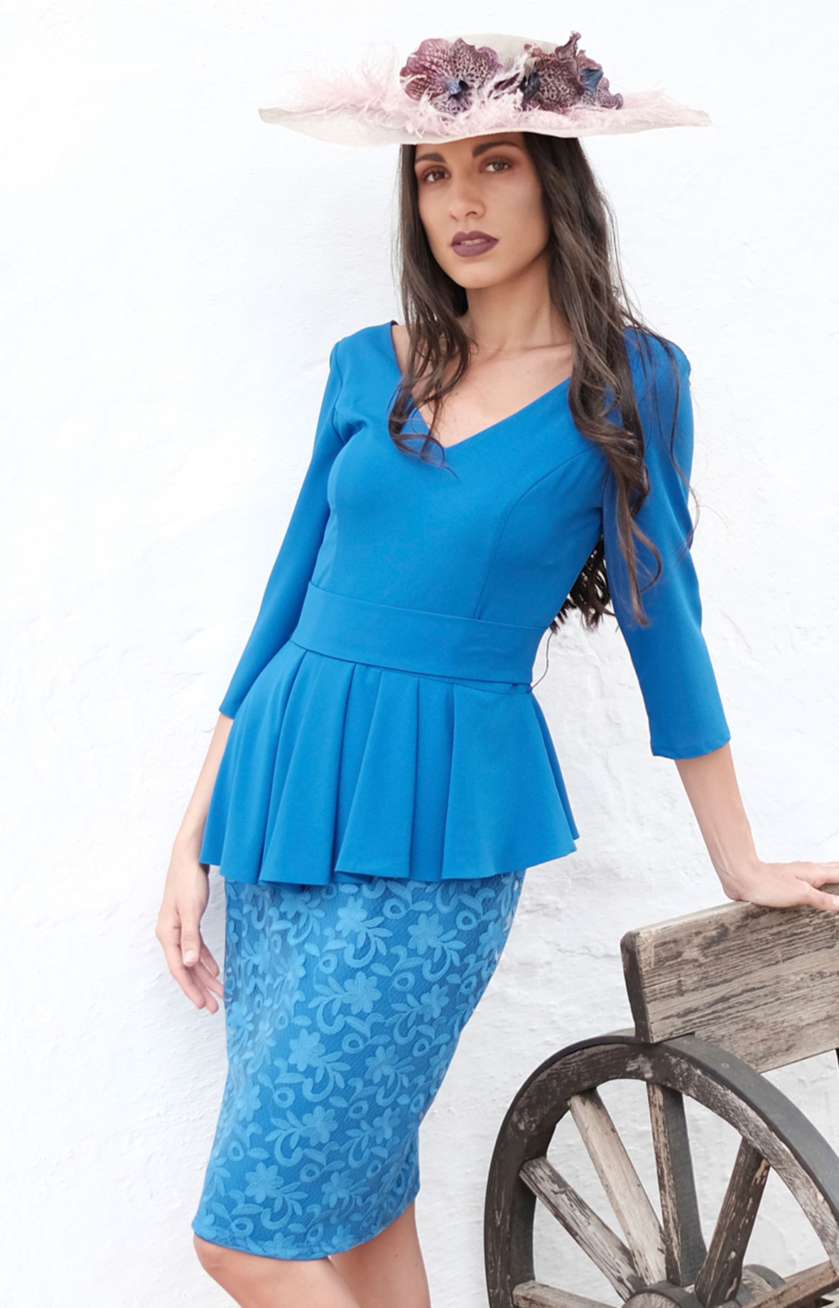 7bfc05e49 Vestido corto con mangas de Iciar y Candela azul. Falda de encaje y ...