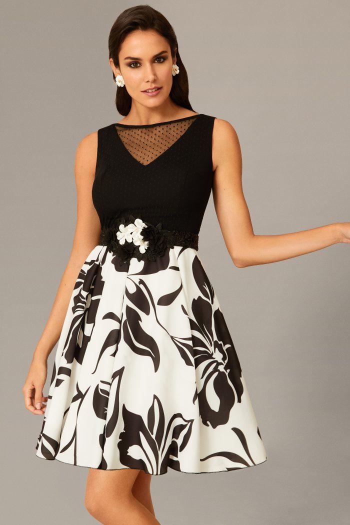 a07eca2c2181 Vestido corto estampado de flores en blanco y negro de Nati Jiménez 113